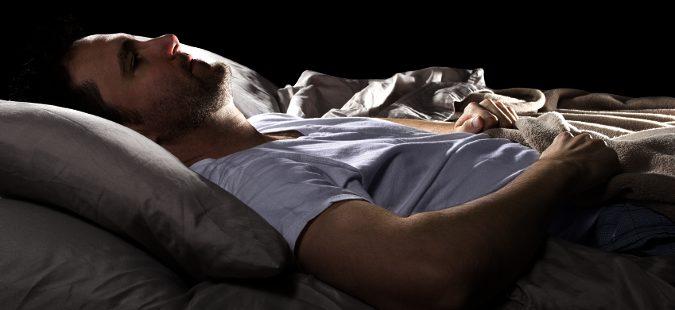 Hombre solo durmiendo massagem tantrica Gondomar-82344
